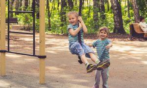 Dzieci bawią się na placu przedszkolnym